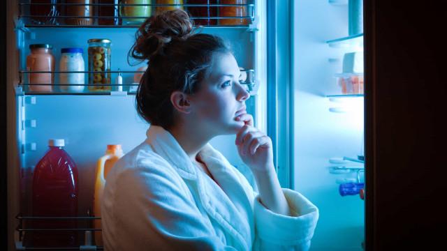 É melhor pior dormir com fome ou comer à noite?