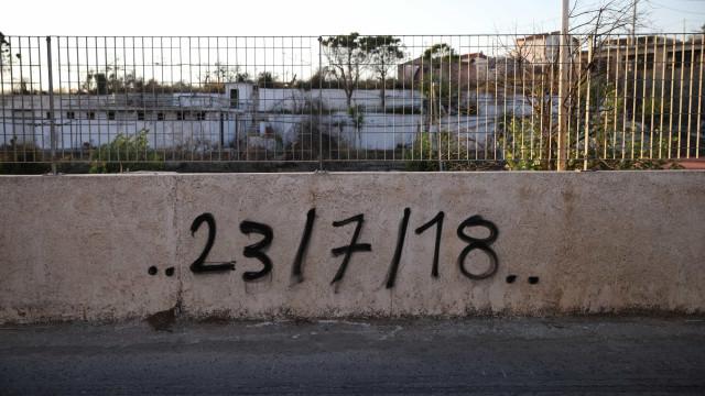 Um ano após chamas mortais, na Grécia ainda há cinzas e feridas visíveis