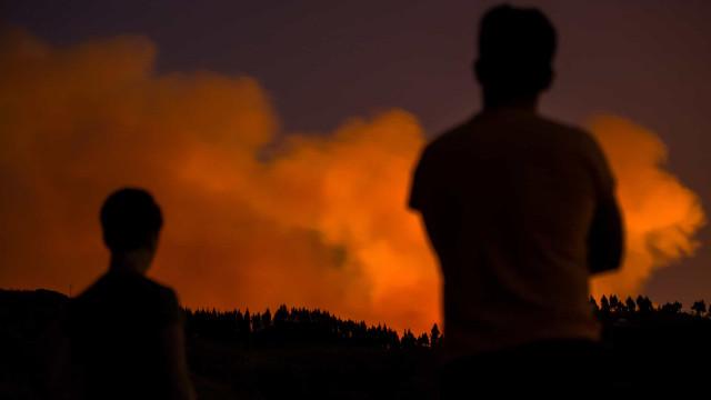 Nove mil pessoas retiradas devido a incêndio na Gran Canaria
