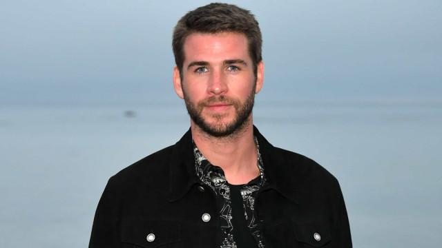 Após término, Liam Hemsworth tem 'chorado' no ombro de atriz australiana