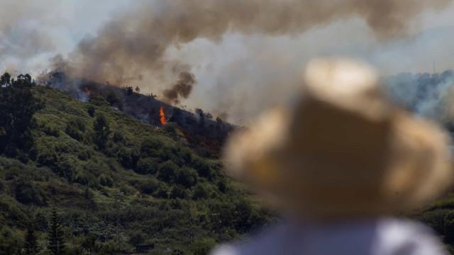 Incêndio na Grande Canária começa a perder força