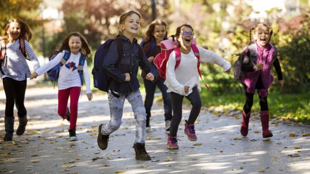 Quatro medidas contra o peso das mochilas e dores de costas nas crianças
