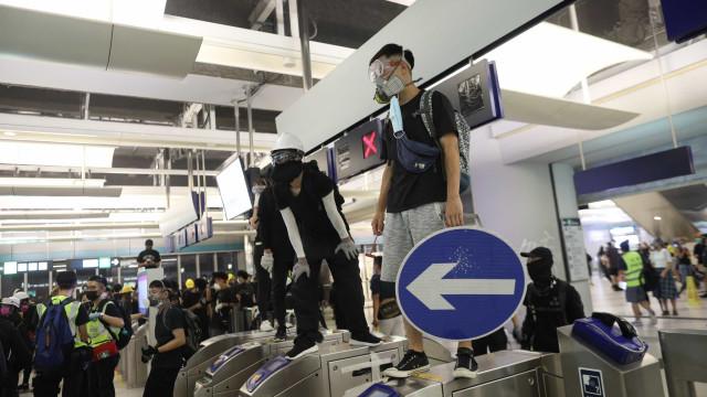 Manifestantes barricam-se em estação de metro contra polícia antimotim