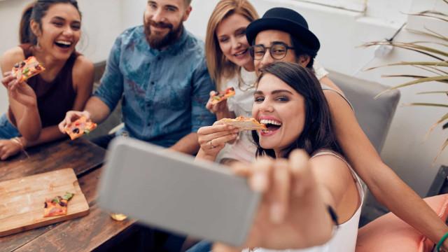 Usar o telemóvel em excesso aumenta risco de obesidade em mais de 40%