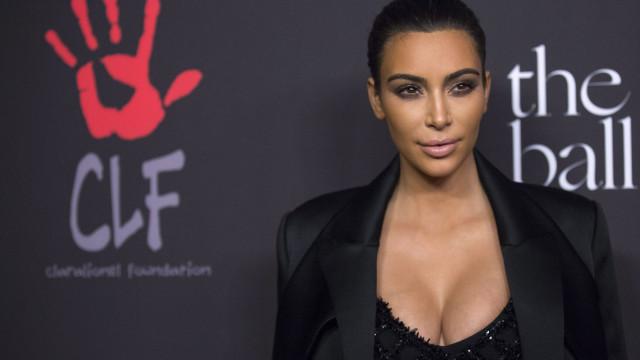 Kim Kardashian recebe presente especial em hotel