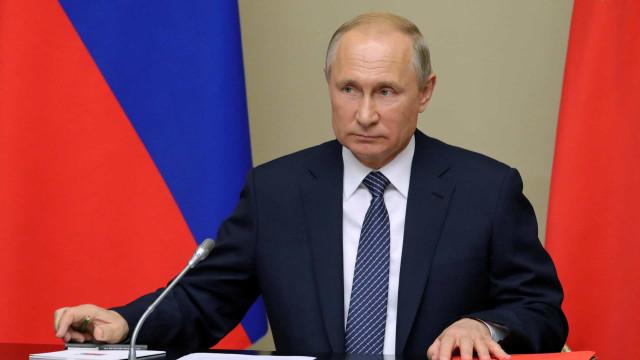 """Putin anuncia """"resposta simétrica"""" ao ensaio de míssil dos EUA"""
