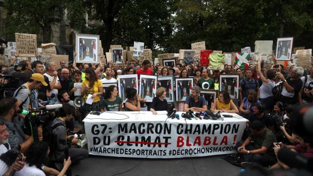 Manifestantes pelo clima levam retratos de Macron roubados em autarquias