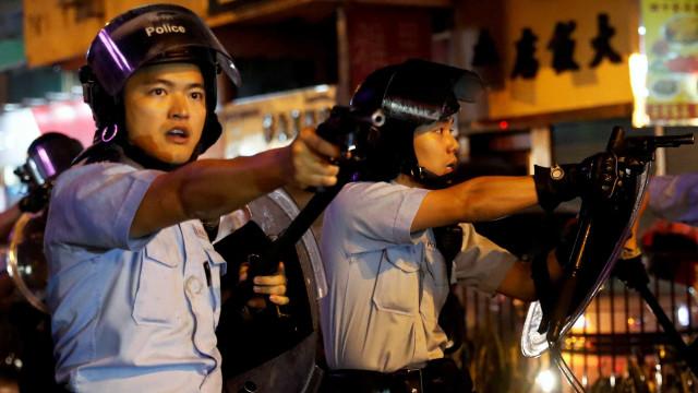 Confrontos em Hong Kong. Polícia ameaça com armas e usa canhões de água