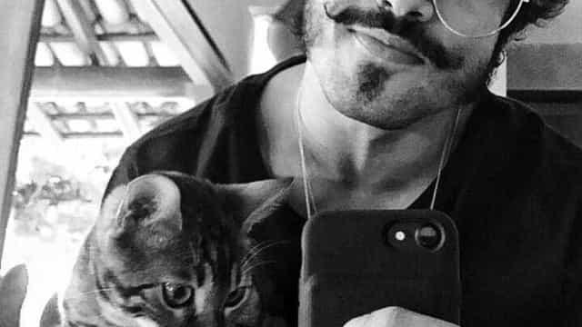 """No hospital, ator Caio Castro sossega fãs após acidente: """"Está tudo bem"""""""