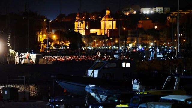 Migrantes que estavam no 'Ocean Viking' já estão em Lampedusa