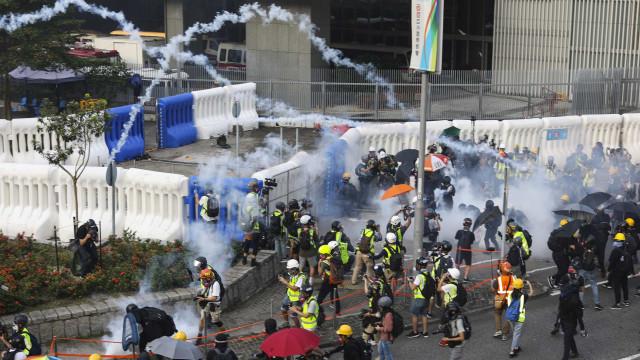 Polícia de Hong Kong dispersa manifestantes com gás lacrimogéneo