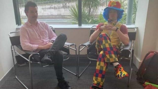 Sabia que ia ser despedido, levou palhaço para reunião com os chefes