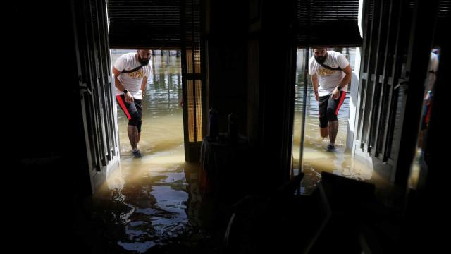 Serviços de emergência espanhóis procuram desaparecido nas inundações