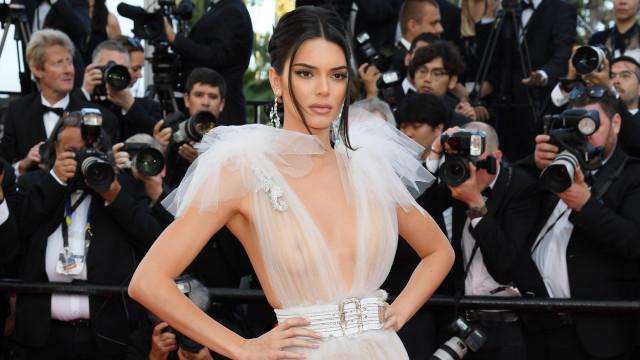 Uau! Kendall Jenner surge loira para desfile da Burberry