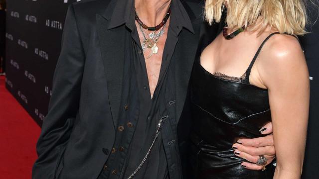 Aos 71 anos, Steven Tyler impressiona com beijo apaixonado em evento