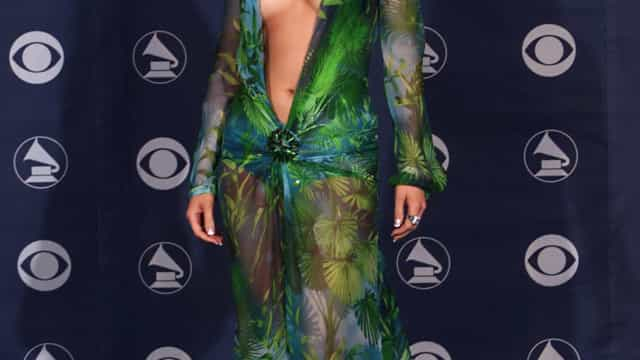 19 anos depois, Jennifer Lopez volta a usar vestido icónico da Versace