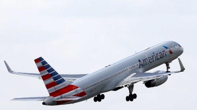 """Avião aterrou de emergência. Passageiro """"perturbador"""" fumou a bordo"""