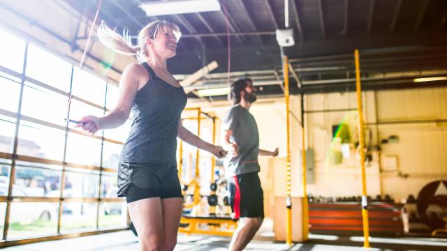 Saltar à corda: Queime 350 calorias em 30 min e tonifique. Como fazer