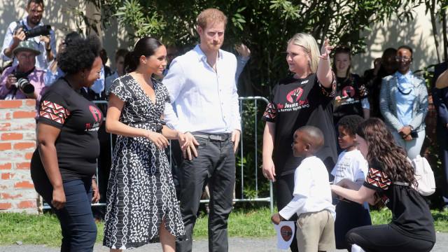 Meghan Markle e Harry viajam com o filho. As primeiras imagens da tour