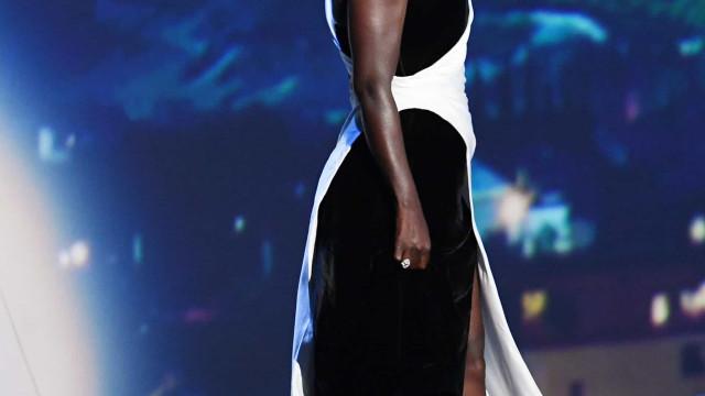Viola Davis começou os Emmy de saltos e acabou a subir ao palco de ténis
