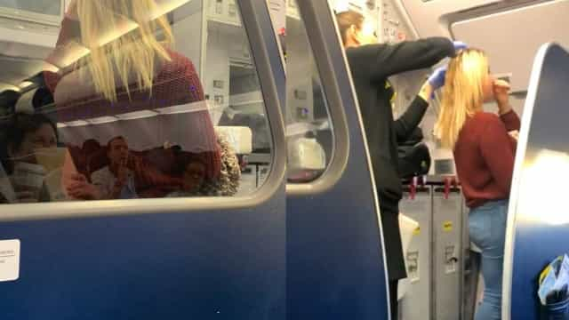 """Passageiro vomitou no seu cabelo. Jovem reagiu """"como uma campeã"""""""