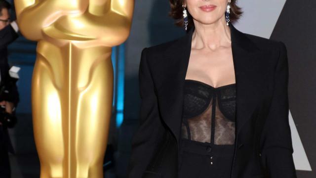 Aos 55 anos, Monica Bellucci 'dá tudo' com espartilho transparente