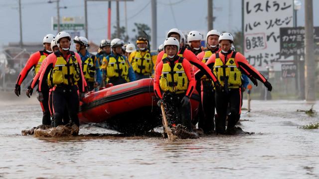 Equipas de resgate procuram desaparecidos após passagem de tufão no Japão