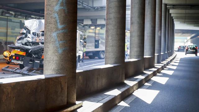 Trânsito no Túnel do Marquês reaberto após acidente com duas viaturas