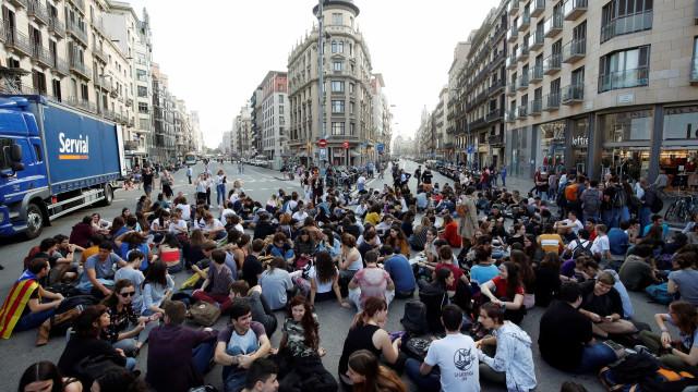Centenas de catalães cortam avenidas em protesto contra sentenças