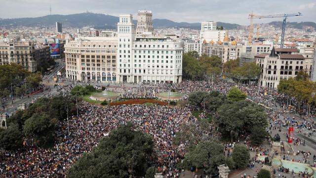 Catalunha: Milhares de manifestantes procuram bloquear transportes
