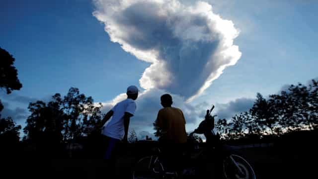 Impressionantes imagens de vulcão que entrou em erupção na Indonésia