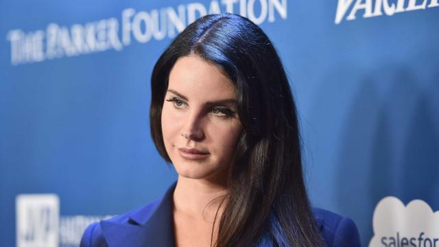 Vídeo: O momento em que Lana Del Rey esquece-se de cantar em concerto