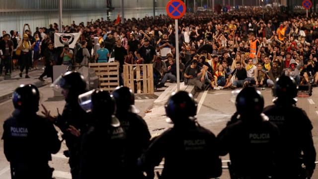 Protestos em Barcelona. Manifestante perdeu olho e outro perdeu testículo