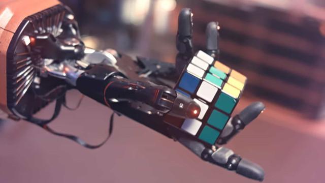 Mão robótica aprendeu sozinha a resolver cubo de Rubik. Veja o vídeo