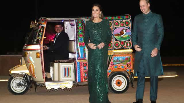 Kate Middleton e príncipe William chegam a evento oficial de tuk tuk