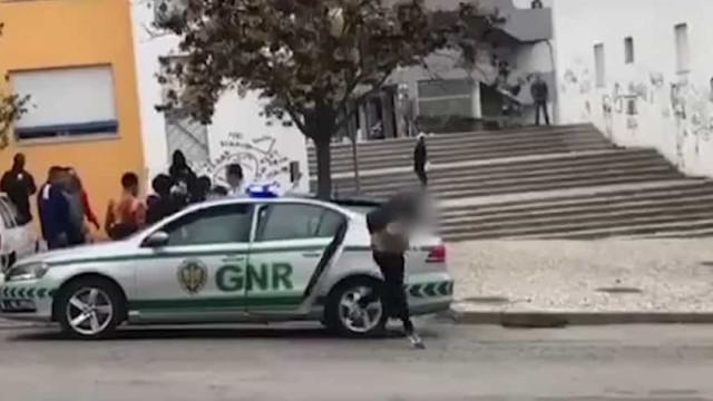 Homem algemado foge de carro da GNR. Mas já foi 'apanhado'