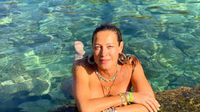 Luana Piovani recorda fotografia em topless... tirada durante desfile
