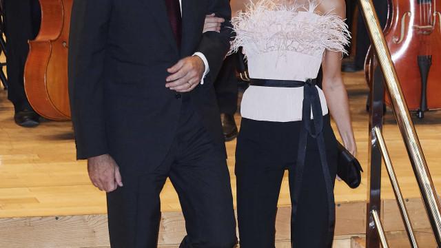 Romântica, mas formal: Rainha Letizia brilha com look de noite