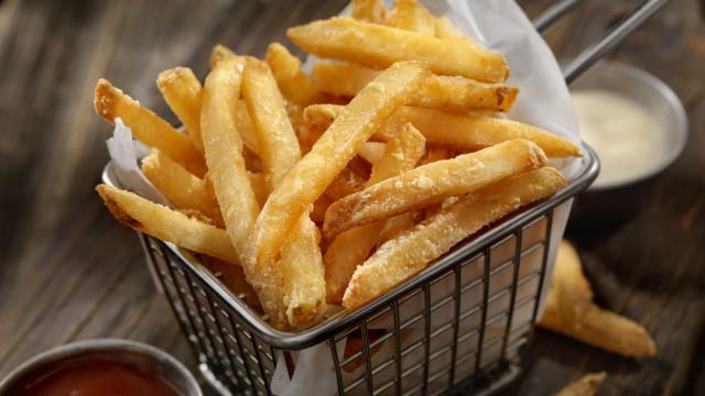 É permitido? Batata frita é mais saudável do que a cozida, garante estudo