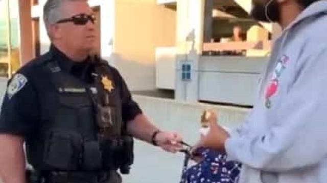Polícia algema homem por comer sandes na estação de metro