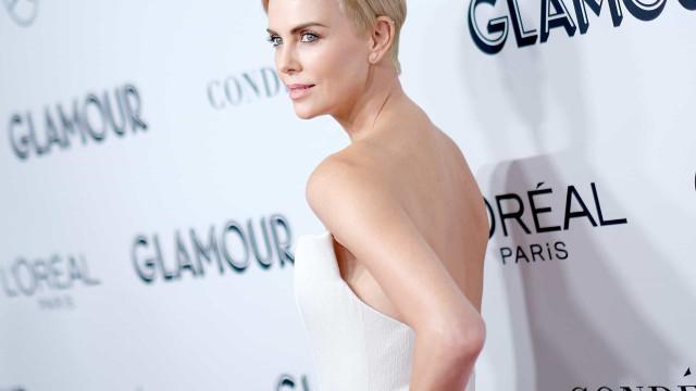 Charlize Theron arrasadora com look branco em gala