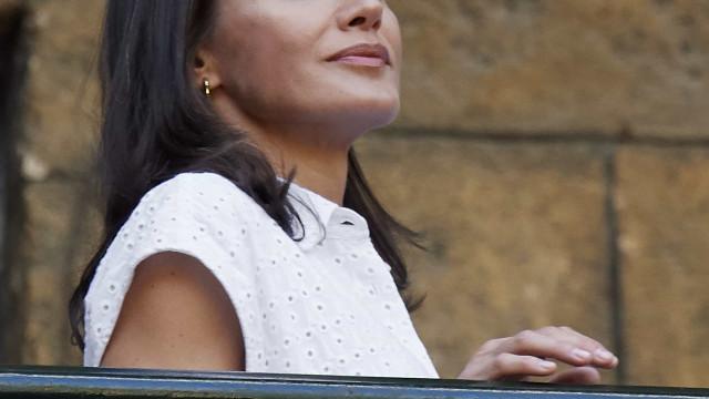 Simples, mas romântica. Rainha Letizia encanta com visual leve em Havana