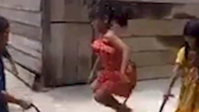Crianças saltam à corda com cobra. Imagens já se tornaram virais