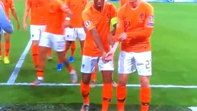 O gesto anti-racista de Wijnaldum e De Jong que já corre mundo