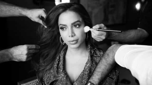 Anitta surge nua em imagens dos bastidores