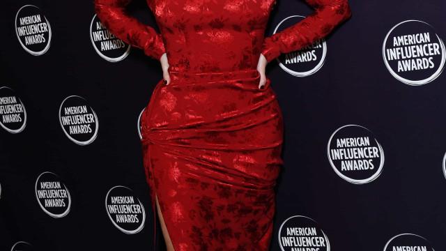 Kim Kardashian gozada por surgir com seis dedos em cada pé em foto