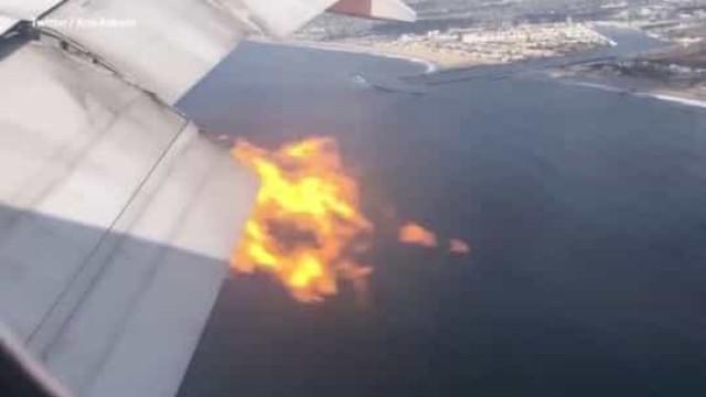 O momento em que motor de avião começa a lançar chamas em pleno voo