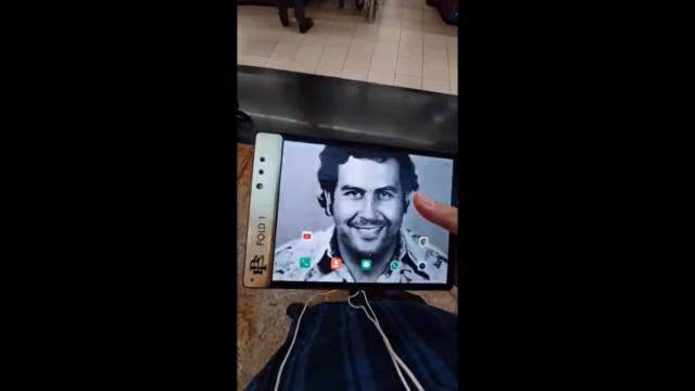 O irmão de Pablo Escobar lançou um smartphone dobrável
