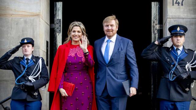 Uma rainha colorida! Máxima da Holanda deslumbra com combinação de cores