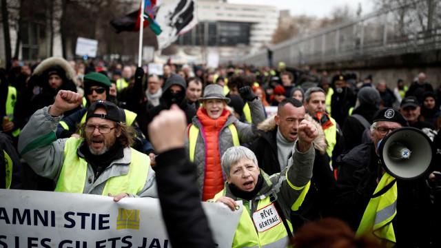 Milhares de pessoas protestam no terceiro dia de greve geral em França